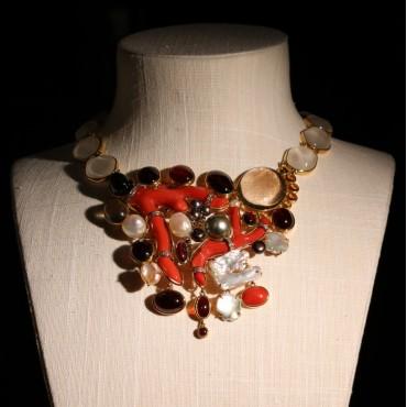 Collana in oro e corallo ed altre pietre